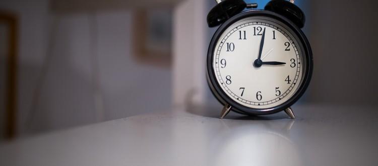 Zwłoka a opóźnienie